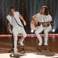 Justin Bieber, accompagné du guitariste Dan Kanter, interprète As Long As You Love Me lors du défilé Victoria's Secret au 69th Regiment Armory. New York, le 7 Novembre 2012.
