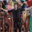 Justin Bieber, applaudi par les Anges de Victoria's Secret à l'issue du défilé. New York, le 7 novembre 2012.