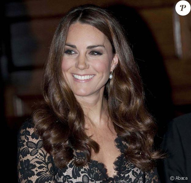 Kate Middleton, divine dans la robe Alice Temperley qu'elle portait en janvier 2012 pour la première de War Horse, et le prince William prenaient part le 8 novembre 2012 au Middle Temple Inn à Londres à une soirée de bienfaisance pour les 600 ans de l'université de St Andrews, où ils se sont connus en 2001.