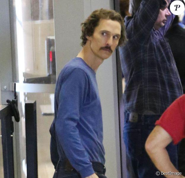 Matthew McConaughey, très amaigri, quitte l'aéroport de Los Angeles, le 9 Novembre 2012