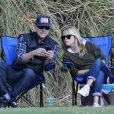 Reese Witherspoon et son mari Jim Toth complices au bord du terrain de foot. Brentwood, Los Angeles, le 10 Novembre 2012.