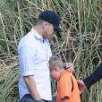 Deacon le fils de Ryan Phillipe et Reese Witherpoon sèche ses larmes dans les bras de son père après un match de foot. Brentwood, Los Angeles, le 10 Novembre 2012.