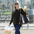 Maman casual chic, Reese Witherspoon est venue supporter son fils en jean, baskets Converse et sac Louis Vuitton. Brentwood, Los Angeles, le 10 Novembre 2012.