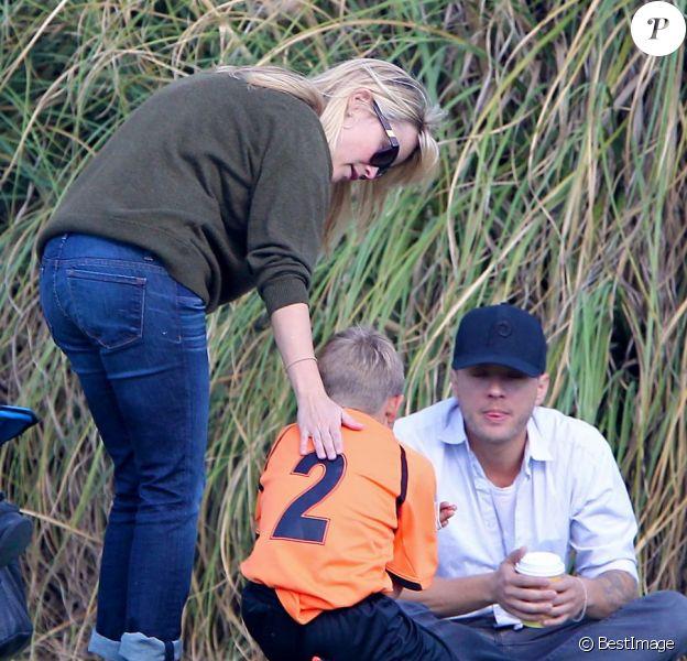 Maman et papa attentionnés, Reese Witherspoon et Ryan Phillipe consolent leur fils Deacon. Brentwood, Los Angeles, le 10 Novembre 2012.