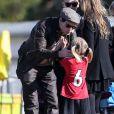 Jennie Garth et Peter Facinelli assistent au match de football de leurs filles Fiona et Lola à Los Angeles, le 10 novembre 2012. Toute la famille s'est rassemblée pour ce moment