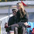 Jennie Garth et Peter Facinelli assistent au match de football de leurs filles Fiona et Lola à Los Angeles, le 10 novembre 2012