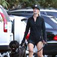 Jennie Garth et son chien se promènent à Studio City, le 11 novembre 2012