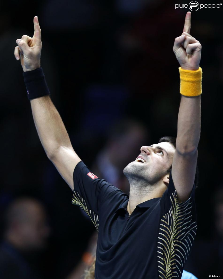 Novak Djokovic remporte le Masters de Londres face à Roger Federer et dédie sa victoire à son père malade, le 12 novembre 2012.