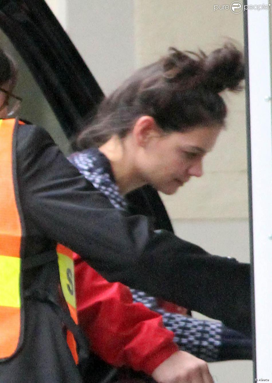 Katie Holmes et son chignon se rendent dans une école à Manhattan, le 13  novembre