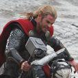 Chris Hemsworth face à Christopher Eccleston, sur le tournage du dernier film Marvel,  Thor : The Dark World,  le 16 novembre 2012.