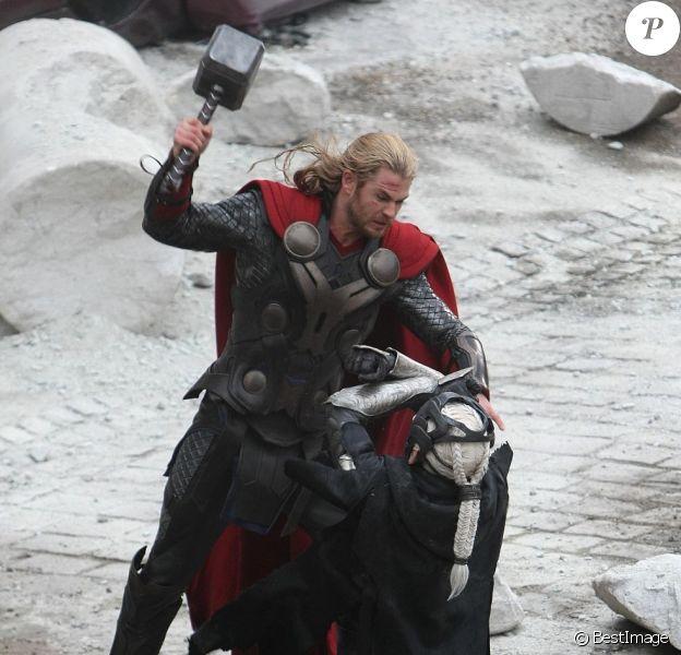 Chris Hemsworth sur le tournage du dernier film Marvel, Thor : The Dark World, le 16 novembre 2012.