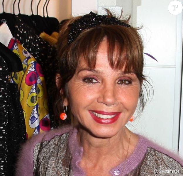 Victoria Abril a déjà repéré quelques articles dans la toute nouvelle boutique de Rowena Forrest situé au 9 rue Royale. Paris, le 16 novembre 2012.