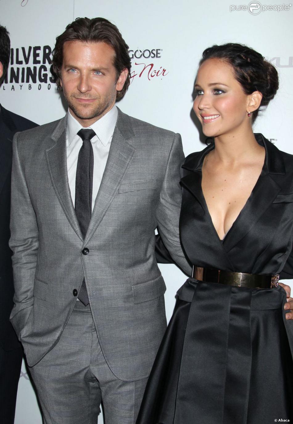 Bradley Cooper aux côtés d'une ardente Jennifer Lawrence arborant un decolleté sexy pour la première de  Happiness Therapy  organisée par The Weinstein Company à Beverly Hills, le 19 novembre 2012.