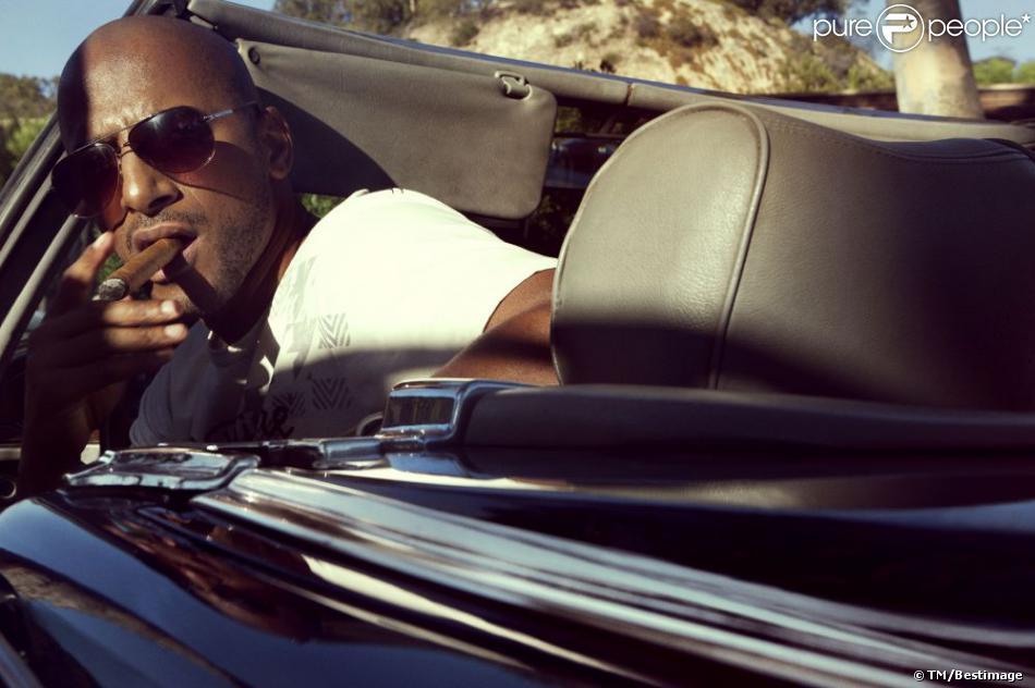 stomy bugsy dans sa voiture d capotable joue au playboy pour le shooting de la campagne playboy. Black Bedroom Furniture Sets. Home Design Ideas