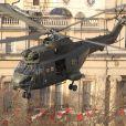 Tom Cruise débarque en hélicoptère sur son dernier film All You Need is Kill à Londres, le 25 novembre 2012.
