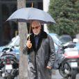 René Angélil se promène sous la pluie à Paris le 23 novembre 2012.