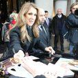 Céline Dion signe des autographes et pose pour des photos avec ses  fans à Paris le 24 novembre 2012.