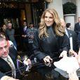 Céline Dion devant le George V signe des autographes et pose pour des photos avec ses très nombreux fans à Paris le 24 novembre 2012.