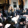 Céline Dion prend le temps de signes des autographes et de poser pour des photos avec ses très nombreux fans à Paris le 24 novembre 2012.