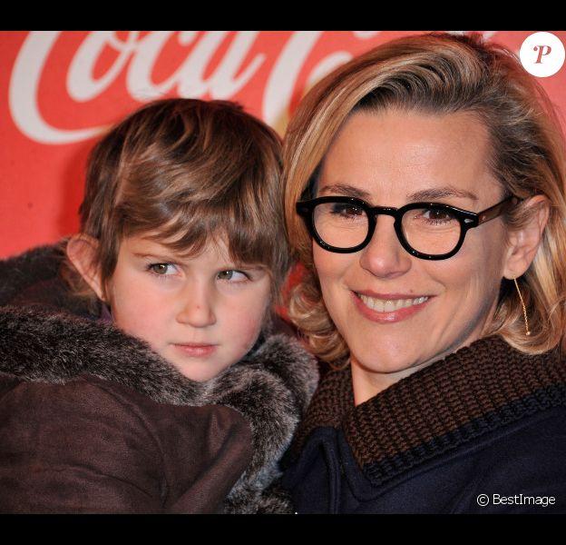 Laurence Ferrari avec une petite fille malade de l'association Les petits princes lors de l'inauguration des vitrines de Noël Coca-Cola au Showcase à Paris le 26 Novembre 2012.