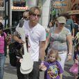 Danielynn, fille d'Anna Nicole Smith, avec son père Larry Birkhead à Los Angeles en août 2010