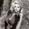 En 1992, Anna Nicole Smith devient l'égérie de la marque Guess.