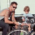 Colin Farrell et son plus jeune fils Henry qui mange une glace à Los Angeles le 20 août 2012.