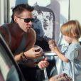 Colin Farrell et son fils Henry qui mange une glace à Los Angeles le 20 août 2012.
