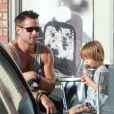 Colin Farrell avec plus jeune fils Henry qui mange une glace à Los Angeles le 20 août 2012.