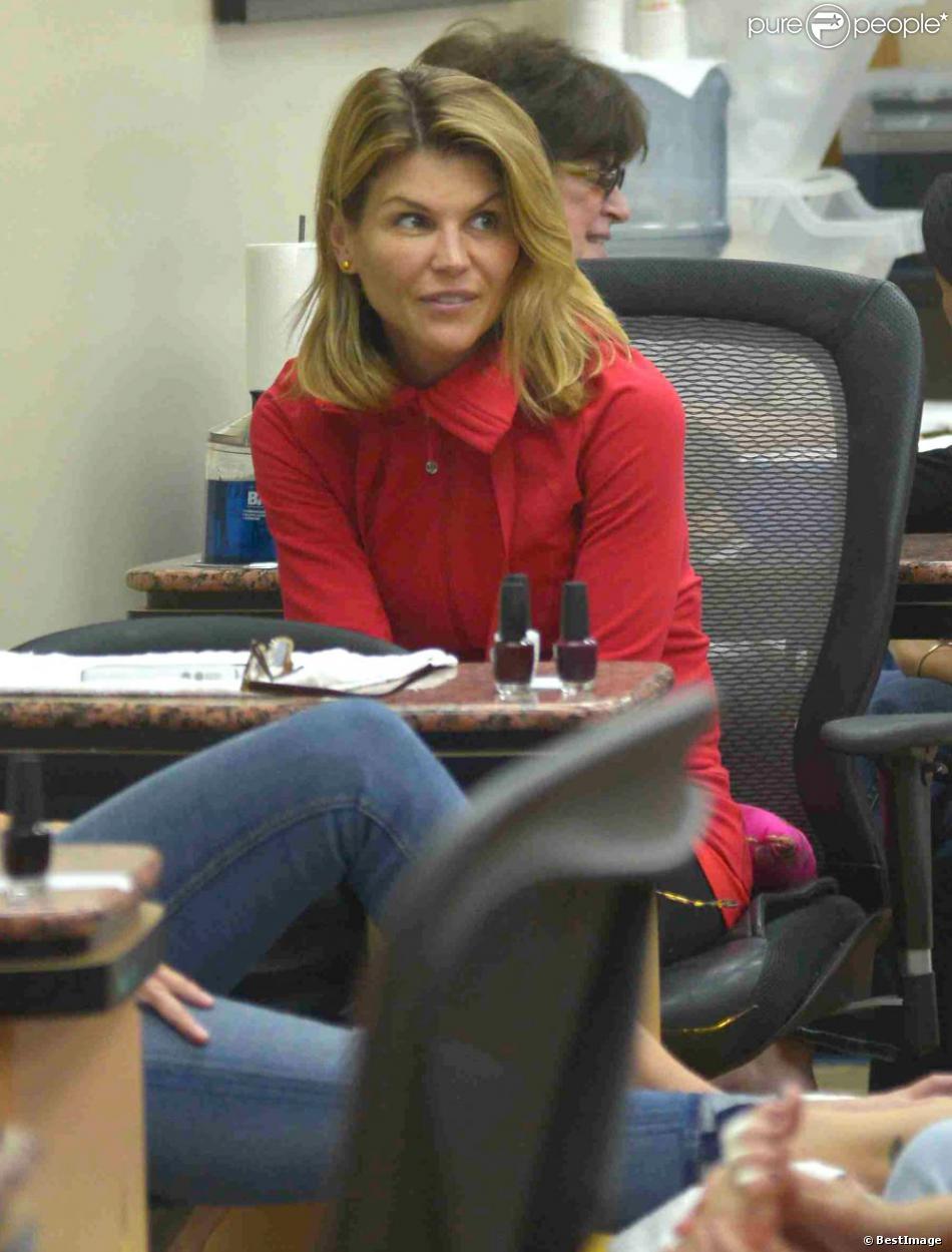Lori Loughlin de la série  La fête à la maison  est prête à se faire faire une manucure et une pédicure à Beverly Hills, le 26 novembre 2012.