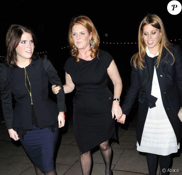 """Sarah Ferguson entre la princesse Eugenie et la princesse Beatrice d'York le 28 novembre 2012 pour le vernissage privé, à Somerset House (Londres) de l'exposition """"Valentino, maître de la couture""""."""