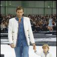 L'adorable Hudson défile pour Chanel avec son papa Brad Kroenig en octobre 2010