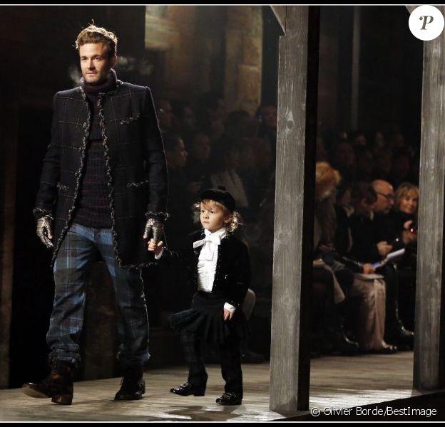 L'adorable Hudson Kroenig défile en Ecosse pour Chanel avec son papa. Le 4 décembre 2012
