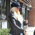 Christina Aguilera cache son visage. Elle est allée avec son compagnon Matthew Rutler et son fils Max Bratman, en tenue de karaté, déjeuner au restaurant Houston à Santa Monica, le 8 décembre 2012.