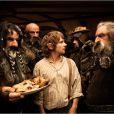 Bilbo au milieu de ses futurs compagnons de route, les nains d'Erebor conduit par Thorïn (Richard Armitage).