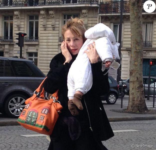 Julie Depardieu et son petit garçon Alfred surpris le 6 décembre 2012 dans les rues de Paris après une visite chez le pédiatre