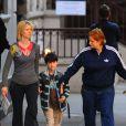 Cynthia Nixon dans les rues de New York avec son fils Charles et sa compagne Christine Marinori le 6 octobre 2012.