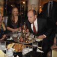 Le prince Albert II de Monaco lors d'une vente aux enchères de sapins de Noël au profit de l'association Action Innocence, le 13 décembre 2012 à l'Hôtel de Paris, à Monaco. Chaque sapin a été décoré par une prestigieuse Maison (Cartier, Chanel, Escada, Ladurée, SBM...) ; la vente a permis de récolter plus de 130 000 euros.