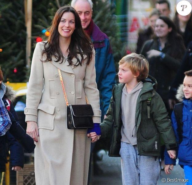 Liv Tyler tient par la main son fils Milo dans les rues de New York, le 14 décembre 2012.