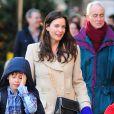 Liv Tyler sublime dans son long manteau beige et son fils Milo dans les rues de New York, le 14 décembre 2012.