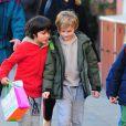 Milo, 8 ans, fils de Liv Tyler, et un de ses camarades dans les rues de New York, le 14 décembre 2012.