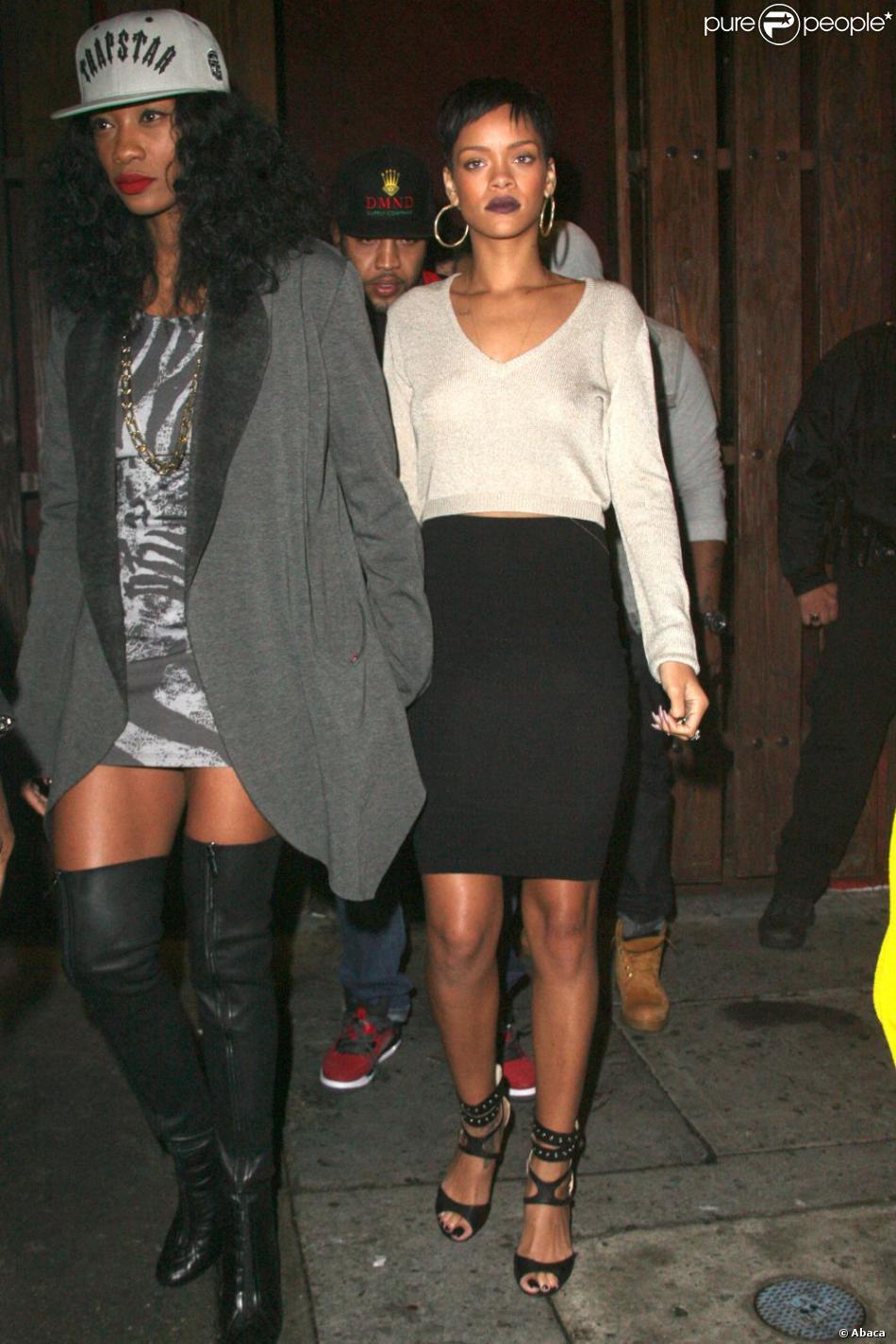 Rihanna et une amie devant le club Las Palmas à Los Angeles, le 14 décembre.
