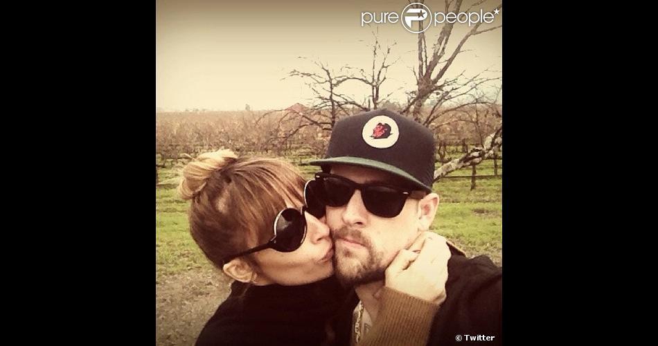 Nicole Richie et Joel Madden s'embrassent et le poste sur Twitter.
