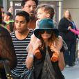 Nicole Richie se glisse parmi les visiteurs anonymes du Nokia Theater avec son fils Sparrow (trois ans) sur les épaules. Los Angeles, le 23 novembre 2012.