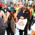 Nicole Richie, son mari Joel Madden et leurs enfants Harlow et Sparrow, tentent de passer incognito au milieu des visiteurs anonymes du Nokia Theater. Los Angeles, le 23 novembre 2012.