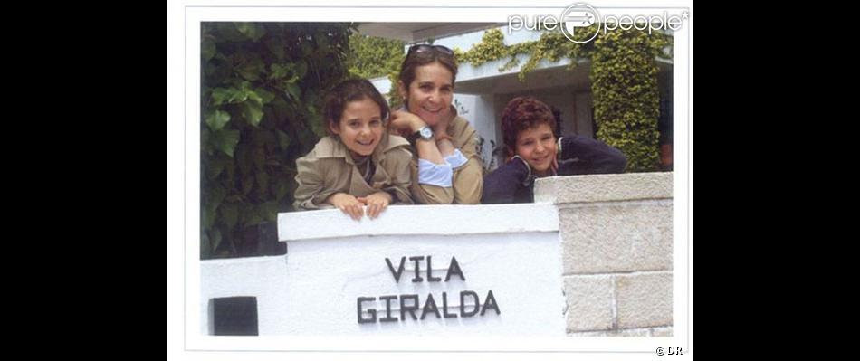 La carte de voeux d'Elena d'Espagne, qui pose avec ses enfants Victoria et Felipe à la Villa Giralda à Estoril, au Portugal, pour les fêtes de fin d'année 2012 et la nouvelle année 2013.