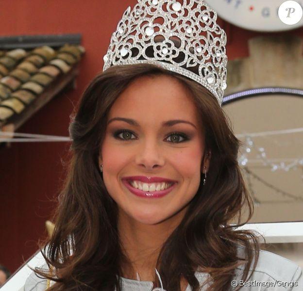 Marine Lorphelin, Miss France 2013, rayonnante, lors de son retour dans sa ville natale, Charnay-les-Macon en Bourgogne, le 19 décembre 2012