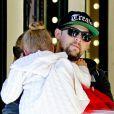 Exclusif - Joel Madden porte sa fille Harlow en quittant l'El Rey Theater. Los Angeles, le 19 décembre 2012.