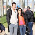 Courteney Cox et Josh Hopkins ne se lâchent plus, même quand la caméra ne tourne plus sur le tournage de Cougar Town sur la plage de Venice Beach à Los Angeles