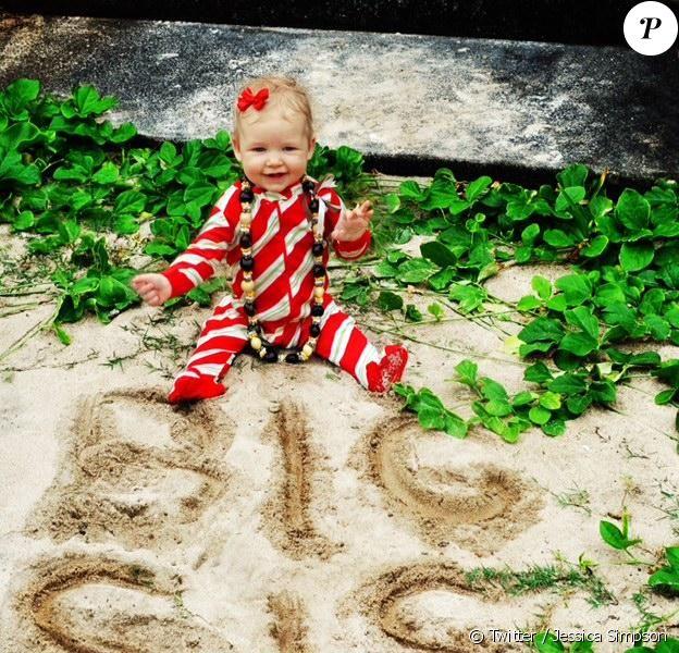 """Jessica Simpson tweetait cette photo de sa fille Maxwell, 7 mois, avec la mention """"Big Sis"""" pour Big Sister (""""grande soeur"""" en anglais)."""